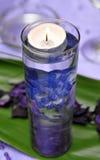 Kerze in einem verzierten Glas mit Wasser Stockfotos