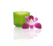 Kerze in einer blauen Schüssel und in einer Orchidee Stockfoto