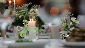Kerze in einer Glasflasche auf festlicher Tabelle stock video