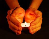 Kerze in einer Hand stockbild