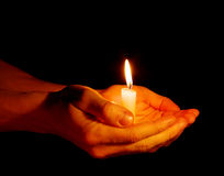 Kerze in einer Hand stockfotografie