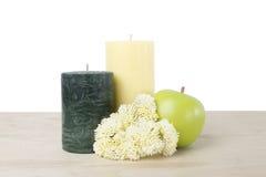 Kerze eingestellt mit Frucht und Blume Lizenzfreie Stockfotografie