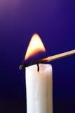 Kerze entflammt mit Match lizenzfreies stockfoto