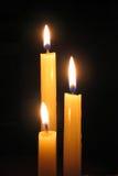 Kerze gegen dunklen Hintergrund Stockbild
