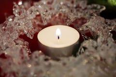 Kerze im Eiskreis stockbilder