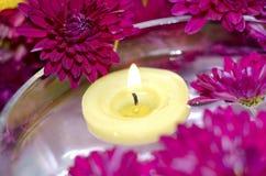 Kerze im Wasser Lizenzfreie Stockbilder