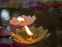 Kerze im Wasser Stockfotos