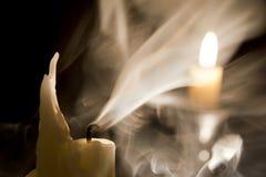 Kerze im Wind. lizenzfreie stockfotografie
