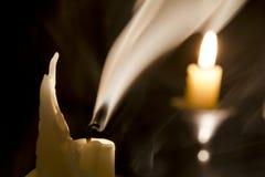 Kerze im Wind. lizenzfreie stockbilder