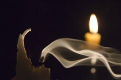 Kerze im Wind. Stockfotos