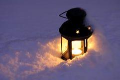 Kerze-Laterne im Schnee Stockbild