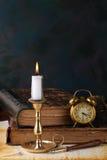 Kerze mit Büchern stockbilder