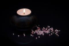 Kerze mit Badesalze Lizenzfreie Stockfotografie