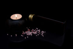 Kerze mit Badesalze und Öl Stockbild