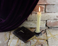 Kerze mit Bibel Stockbild