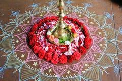 Kerze mit Blumendekoration während des Indien-Tages stockbilder
