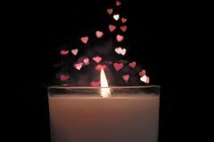 Kerze mit bokeh roten Herzen formen steigendes oben ansteigen des Hintergrundes Abbildung der roten Lilie Lizenzfreie Stockfotos