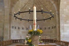 Kerze mit der Kreuzigung. Stockbilder
