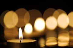 Kerze mit diagonalen Hintergrundlichtern lizenzfreie stockfotografie