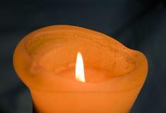 Kerze mit Flamme Lizenzfreie Stockbilder