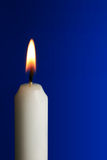 Kerze mit Flamme Stockfotografie