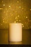 Kerze mit Flamme auf hölzerner Tabelle Stockfotografie