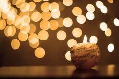 Kerze mit Funkeln und Regen der Scheine Stockfotos