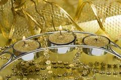 Kerze mit goldenem Farbband lizenzfreie stockbilder