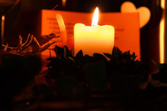 Kerze mit Herzen Stockbild