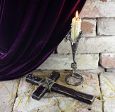 Kerze mit Kreuz Stockfotografie