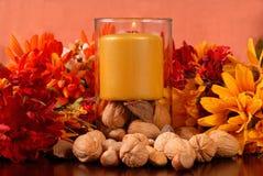 Kerze mit Nüssen stockfoto