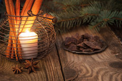 Kerze mit Schokolade, Gewürzen und Tannenbaum Stockbilder