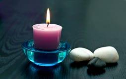 Kerze mit Steinen lizenzfreie stockfotografie