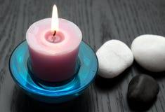 Kerze mit Steinen lizenzfreie stockfotos