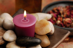 Kerze mit Steinen Stockfotos