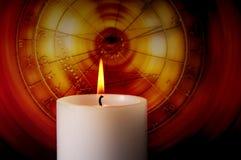 Kerze mit Tierkreis Stockfotos