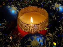 Kerze mit Weihnachtsdekoration Stockbild