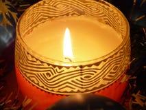 Kerze mit Weihnachtsdekoration Stockfotografie