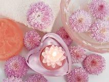 Kerze, sich hin- und herbewegende Chrysanthemen für Entspannung Lizenzfreies Stockfoto