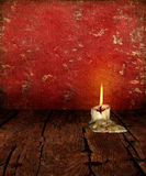 Kerze Stubb auf rustikalem schwermütigem Hintergrund Stockbild