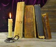 Kerze und alte Bücher Lizenzfreie Stockfotos