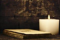 Kerze und alte Papiere lizenzfreie stockfotografie