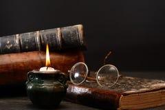 Kerze und Bücher Stockfoto