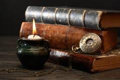 Kerze und Bücher Stockfotografie