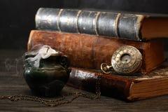 Kerze und Bücher Stockbild
