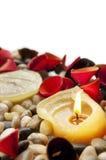 Kerze und Blumenblätter lizenzfreies stockbild