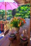 Kerze und bunte Blumen Lizenzfreies Stockfoto