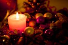 Kerze und Dekorationen stockfotografie