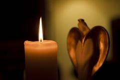 Kerze- und Engelsstatuette Stockbild