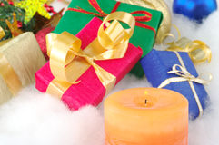 Kerze und Geschenke Stockbild